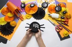 孩子做黑蜘蛛纸 主要类 制作手工制造 图库摄影