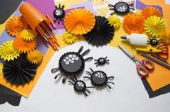孩子做黑蜘蛛纸 主要类 制作手工制造 库存图片