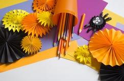 孩子做黑蜘蛛纸 主要类 制作手工制造 免版税库存图片