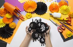孩子做黑蜘蛛纸 主要类 制作手工制造 免版税库存照片