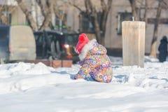 孩子充当雪 儿童游戏在冬天有从spen的一个看法 免版税库存照片