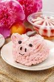 孩子党:逗人喜爱的桃红色小猪蛋糕 免版税库存图片