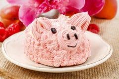 孩子党:逗人喜爱的桃红色小猪蛋糕 库存图片