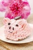 孩子党:逗人喜爱的桃红色小猪蛋糕 免版税图库摄影