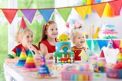 孩子党 与蜡烛的生日蛋糕孩子的 图库摄影