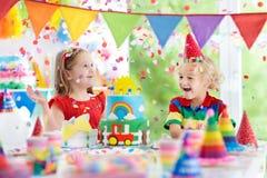 孩子党 与蜡烛的生日蛋糕孩子的 免版税库存照片