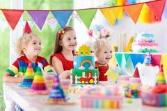 孩子党 与蜡烛的生日蛋糕孩子的 库存图片