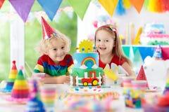孩子党 与蜡烛的生日蛋糕孩子的 免版税图库摄影