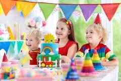 孩子党 与蜡烛的生日蛋糕孩子的 库存照片