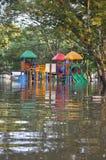 孩子公园是水下的在曼谷,泰国一条被充斥的街道, 2011年11月06日 库存照片