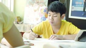 孩子写家庭作业 完成的家庭工作孩子在桌上在客厅 股票录像