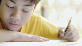 孩子写家庭作业 完成的家庭工作孩子在桌上在客厅 股票视频