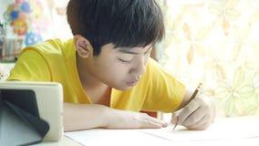 孩子写家庭作业 r 影视素材