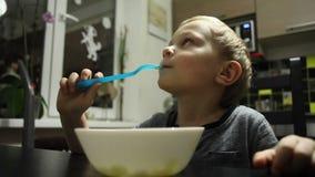 孩子分散,当吃对电视时 影视素材