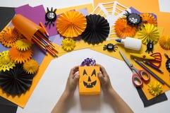 孩子创造一个被手工造的南瓜 儿童现有量s 库存图片