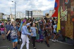 孩子加入每年马盖特狂欢节队伍 库存照片