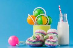 孩子午餐概念:在瓶的牛奶有滑稽的兔宝宝的 库存图片