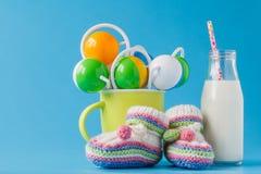 孩子午餐概念:在瓶的牛奶有滑稽的兔宝宝的 免版税库存照片