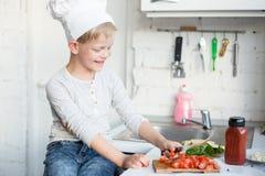 孩子厨师在厨房里在家烹调 健康的食物 库存图片
