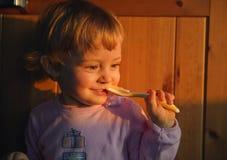 孩子吃。 库存照片