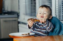 孩子吃午餐,肉鸡 库存图片