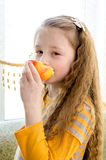 孩子吃苹果 免版税图库摄影