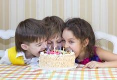 孩子吃蛋糕 免版税库存照片