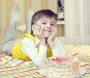 孩子吃蛋糕 库存照片