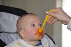 孩子吃从 免版税库存图片