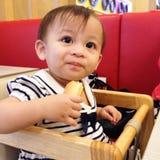 孩子吃 免版税图库摄影