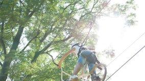 孩子和他们的父母参与活动在绳索公园 慢的行动 股票视频