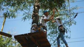 孩子和他们的父母参与活动在绳索公园 股票录像