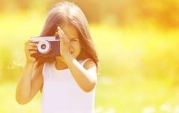 孩子和减速火箭的葡萄酒照相机 免版税库存图片