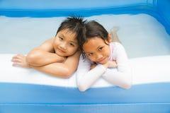 孩子和可膨胀的水池 免版税库存图片