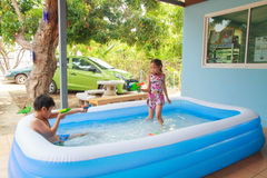 孩子和可膨胀的水池 免版税库存照片