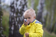孩子和哮喘吸入器 库存照片