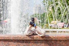 孩子和喷泉 免版税库存图片