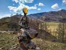 孩子和地鼠的纪念碑在阿尔泰山 免版税库存图片