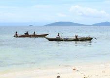 孩子和妇女Traditonal小船的 免版税库存图片
