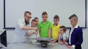 孩子和实验员做与Chladni板材的实验 影视素材