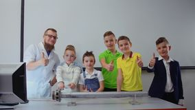孩子和实验员显示赞许对照相机 股票视频