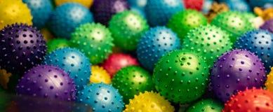 孩子和小孩的五颜六色的橡胶球 库存图片