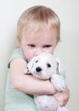 孩子和小狗 免版税库存照片