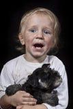 孩子和小狗 免版税库存图片