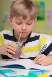 孩子和巧克力牛奶 免版税库存照片