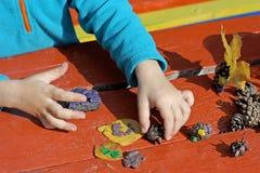 孩子和彩色塑泥 免版税库存图片