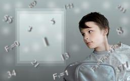 孩子和惯例 斐波那奇 有学校背包的男孩在背景数学 免版税库存照片