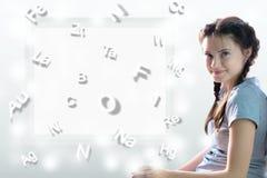 孩子和惯例 桌Mendeleev背景的逗人喜爱的女孩  免版税库存照片