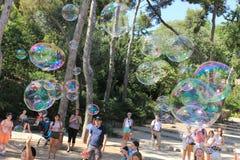 孩子和成人的泡影吹风机在parc 免版税库存照片