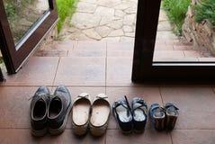 孩子和成人鞋子在走廊 库存照片